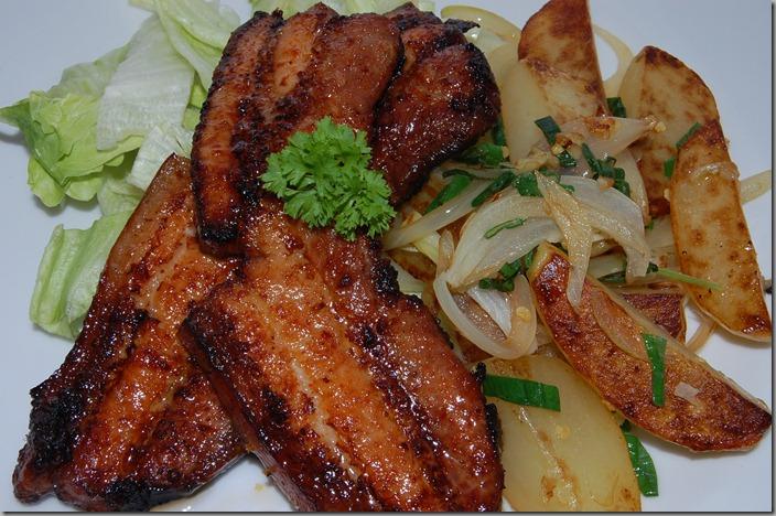 Grilovaný bůček a restované brambory s cibulí03