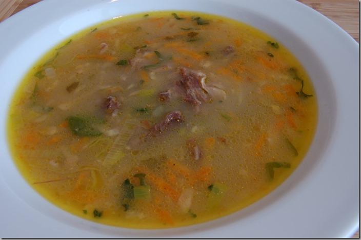 Hustá polévka z oháňky s restovanou zeleninou a pórkem