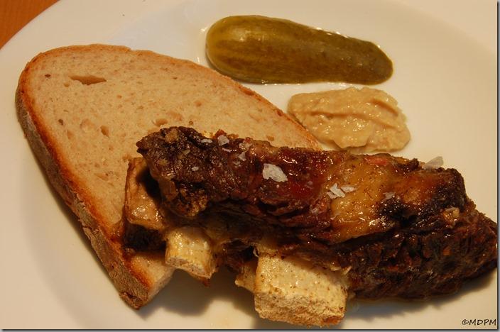 Rozpečené hovězí, chléb, křenová hořčice, okurka
