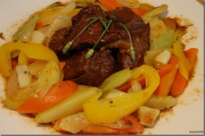 Hovězí líčka v sosu z kořenové zeleniny a křupavá dušená zeleninka02