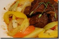 Hovězí líčka v sosu z kořenové zeleniny a křupavá dušená zeleninka03