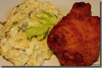 Smažený vepřový řízek a vajíčkový bramborový salát04