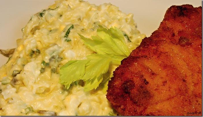 Smažený vepřový řízek a vajíčkový bramborový salát05
