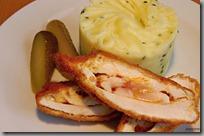 Pikantní máslový kuřecí řízek a šťouchané brambory s pažitkou