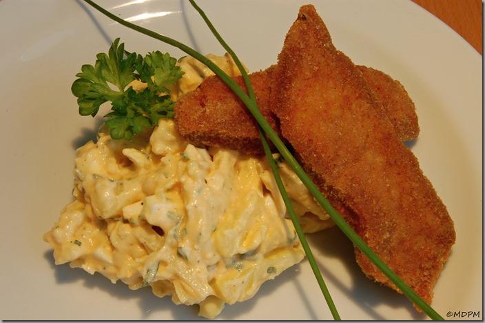 Vajíčkový bramborový salát a vepřové řízečky z krkovice