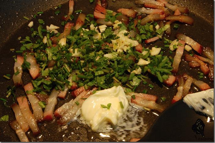 těstoviny po uhlířsku_slanina,máslo,bylinky,česnek