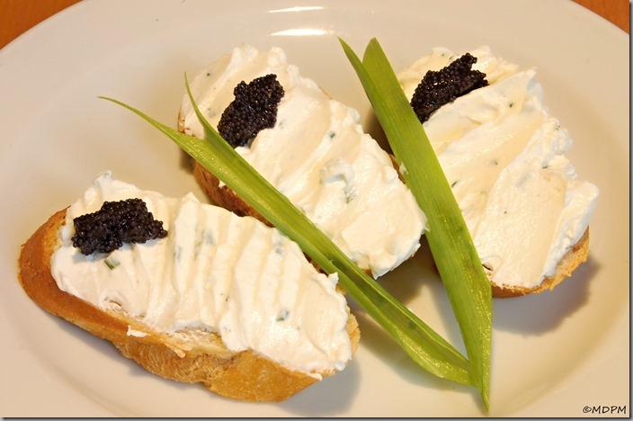 Domácí sýr Lučina na bagetce s kaviárem a jarní cibulkou
