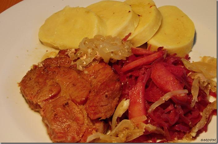Marinované plátky krkovice pomalu pečené v sádle,červené zelí na medu s jablky abramborový knedlík01