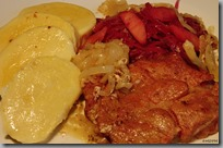 Marinované plátky krkovice pomalu pečené v sádle,červené zelí na medu s jablky abramborový knedlík02