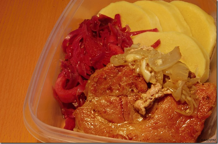 Marinované plátky krkovice pomalu pečené v sádle,červené zelí na medu s jablky abramborový knedlík_travel