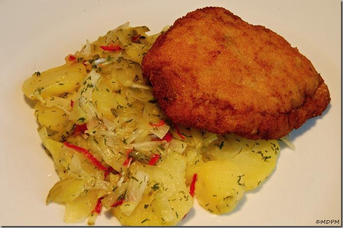 Smažený sýrový karbanátek a bramborový salát s koprem01