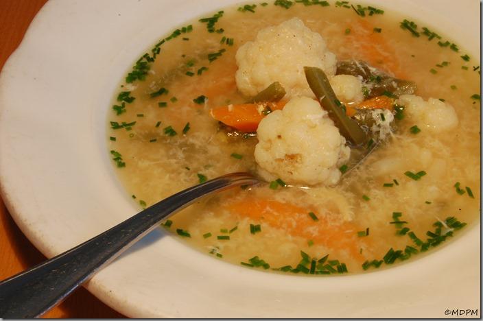 slepičí polévka s krupicí, vajíčkem a sezónní zeleninou02