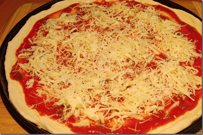 těsto a pomodoro a sýr