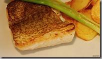Treska na másle s opečenými brambůrky a jarní cibulkou01