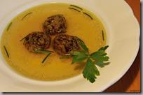 žemlové knedlíčky s hříbky v polévce01