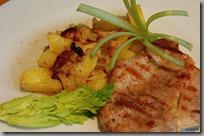 Brambory pečené s cibulí a slaninou a steak z krkovice01