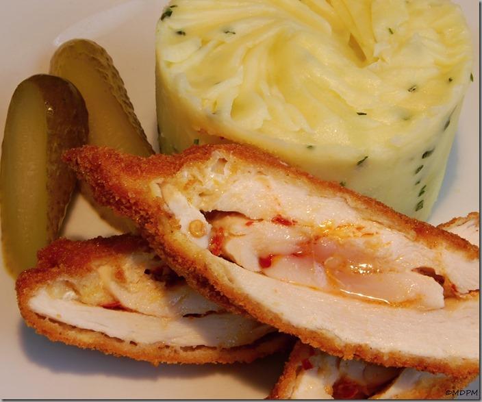Pikantní máslový kuřecí řízek a šťouchané brambory s pažitkou01