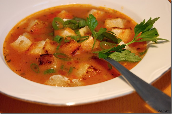 Rybí polévka s tomaty a máslovými krutonky01