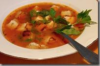 Rybí polévka s tomaty a máslovými krutonky