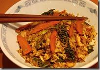 Restovaná rýže s kuřecím masem a kapustovými nudličkami