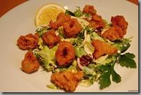 Smažené kalamáry s variací listových salátů a dijonským dresinkem02