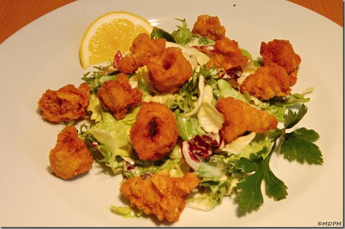 Smažené kalamáry s variací listových salátů a dijonským dresinkem