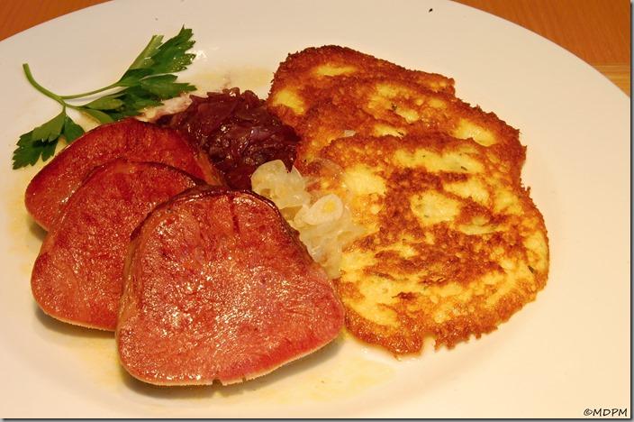 Uzený hovězí jazyk - s bramboráčky a zelím01