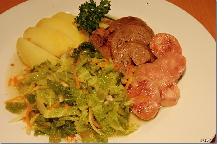 brambor, kapusta se zeleninkou, hovězí maso a talián