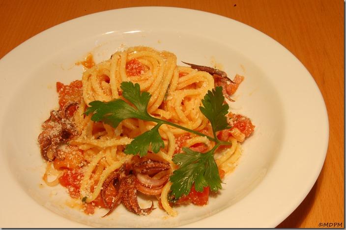 Chobotničky na víně a rajčatech s Chitarini a Pecorino Romano