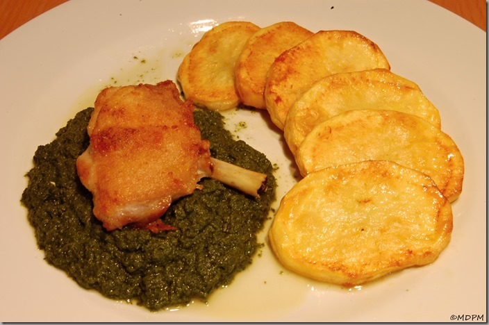 Špenátové pyré a kuřecí palička pečená spolu s brambory