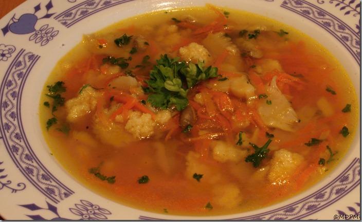 Mrkvová polévka s hlívou a krupicovým drobením01
