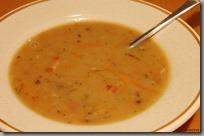 Hrachová polévka s mrkví a domácí slaninkou