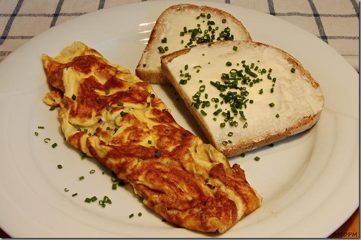 Chléb s máslem a omeleta