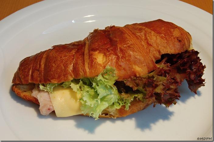 croissant, šunka od kosti, ementál, saláty