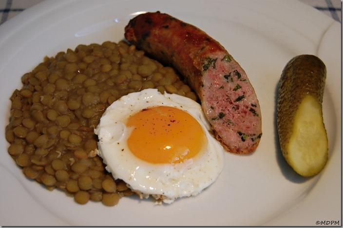 Čočka na kyselo s klobáskou a vajíčkem01