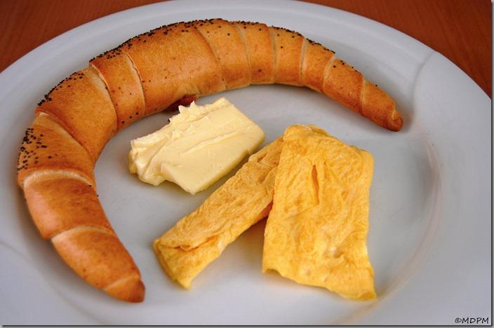 rohlík od kabátů, máslo a omeletka na studeno