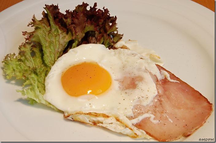 vejce se šunkou a salátovým listem