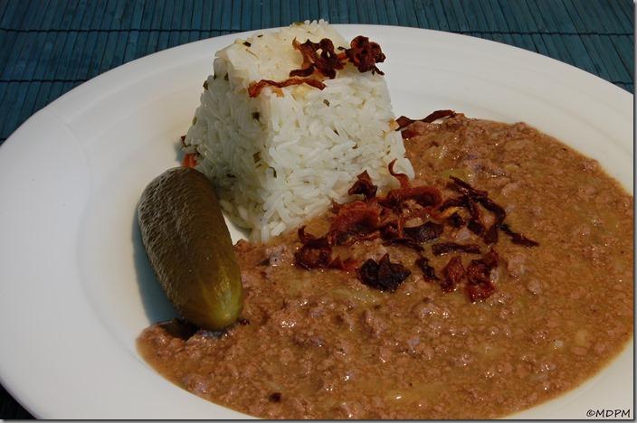 mletá játra na cibulce s rýží a okurkou