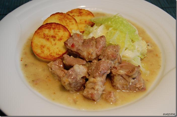 Vepřová krkovice pečená ve vlastní šťávě s restovanou kapustou a opékaným bramborovým knedlíkem01