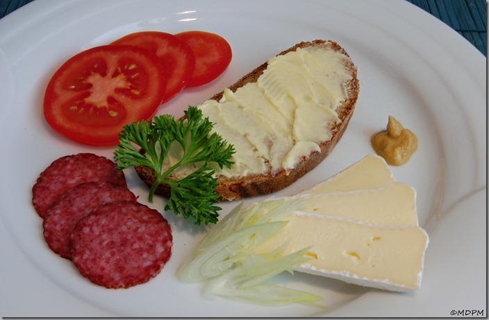 chléb,máslo,rajče,salám,hermelín,hořčice