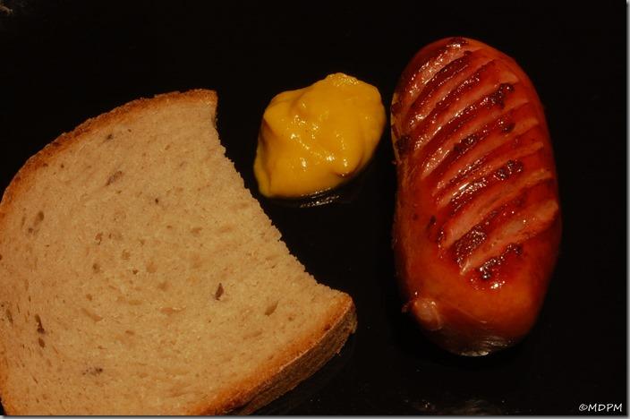 04-buřtík,chléb a dýňová hořčice