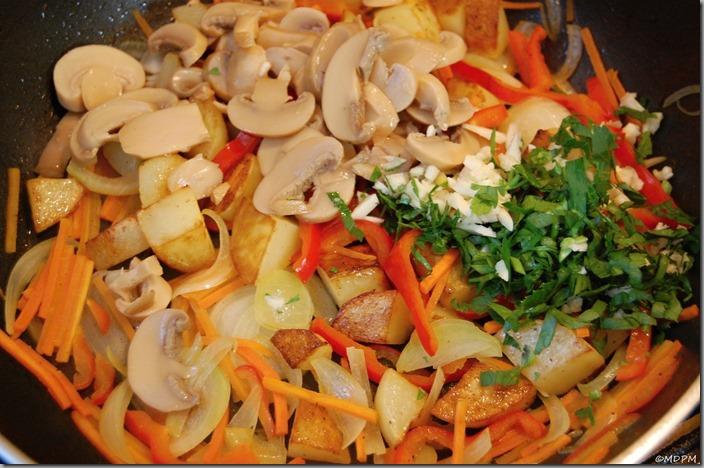 02-opečené brambory,zelenina,žampiony,česnek,bylinky