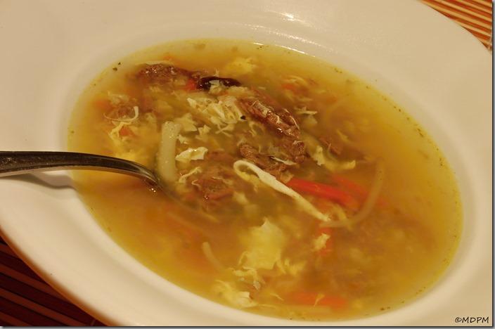 Hovězí polévka z krku s kostí