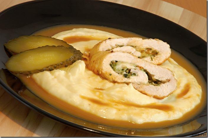 05-pikantní kuřecí roládka a bramborová kaše s máslem a karamelizovanoou cibulkou