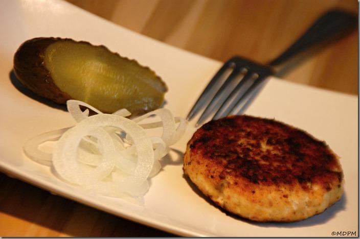 06-karbanátek rybí s cibulí a kvašenou okurkou
