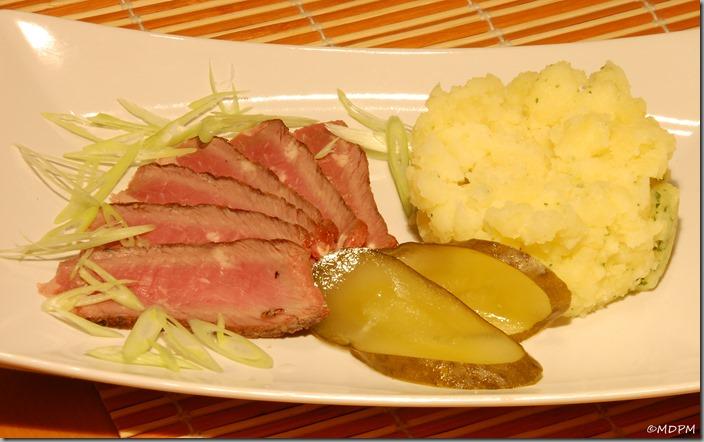 steak nastudeno s vlažnými šťouchačkami a kvašákem