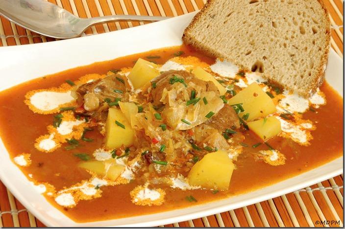 09-Paprikáš s kysaným zelím, brambory a smetanou