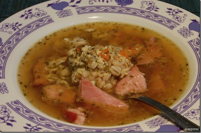 uzená polévka s kroupami,sušenou zeleninou a vajíčkem