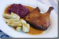 03-Vypečená kachna, kysané červené zelí a bramborové nočky s medvědem