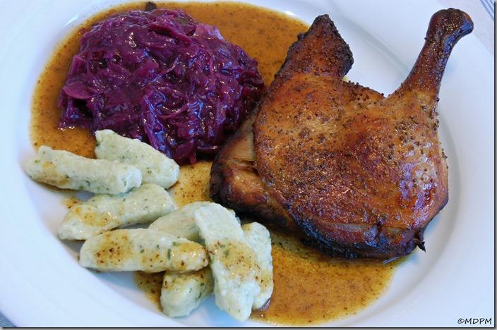 05-Vypečená kachna, kysané červené zelí a bramborové nočky s medvědem
